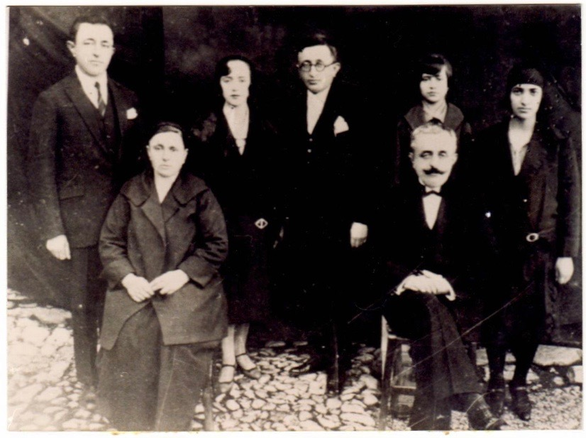 """Ulur nga e majta në të djathtë: Hanushe Kokalari (e ëma e Musinese), Reshat Kokalari (I ati i Musinese). Në këmbë, nga e majta ne te djathtë: Muntaz Kokalari (vëllai, pushkatuar në 12 Nëntor 1944), Fejzie Kokalari (kunata e Musinesë, bashkëshortja e Vesim Kokalarit), Vesim Kokalari (vëllai, pushkatuar më 12 Nëntor 1944), Musine Kokalari, Fatime Memo (vajza qe Reshat Kokalari adoptoi ne Turqi, e konsideruar gjithmonë si motër. Musineja në korrespondencën e saj i drejtohet gjithmonë """"e dashura motër"""")"""